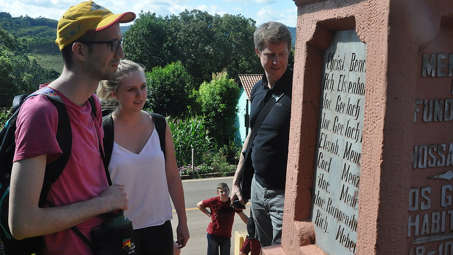 KU students and Prof. Dr. Sebastian Kürschner investigating tombstones bearing German-language inscriptions.