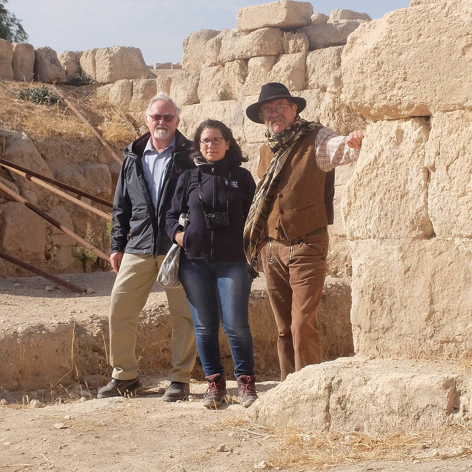 Prof. Dr. Gerhard Zimmer (left) and Prof. Dr. Thomas Weber with a French colleague while carrying out preliminary research in Jerash, Jordan. (Photo: Zimmer)